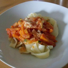 Foto von selbstgemachten Nudeln mit Karotten-Tomaten-Soße