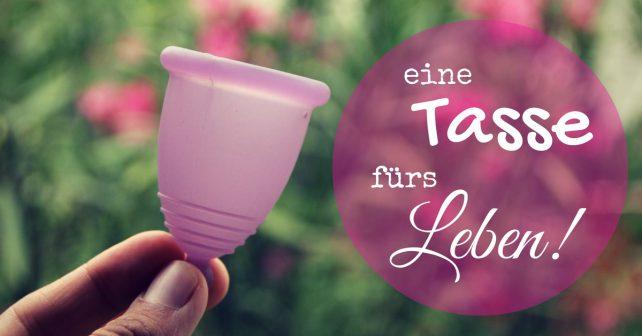 Lila Menstruationstasse in einer Hand