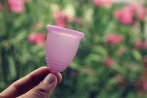Lila Menstruationstasse