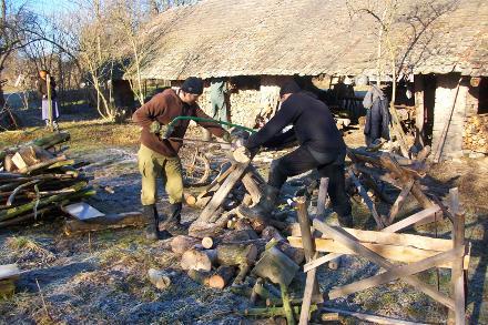 Gemeinsames händisches Herstellen von Holz zum Heizen im nächsten Winter