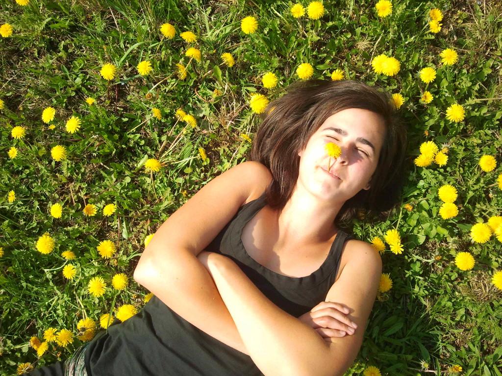 Lisa im Löwenzahnmeer