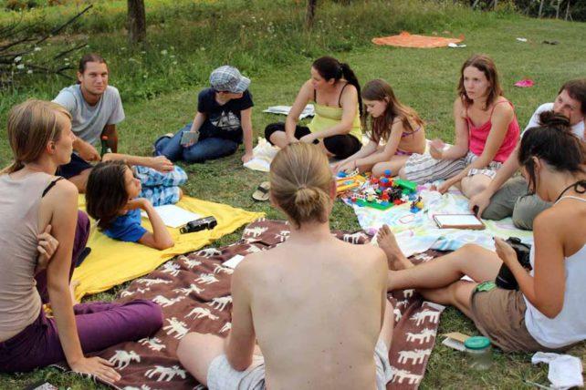 Foto eines produktiven Gesprächskreises beim Sommercamp 2012