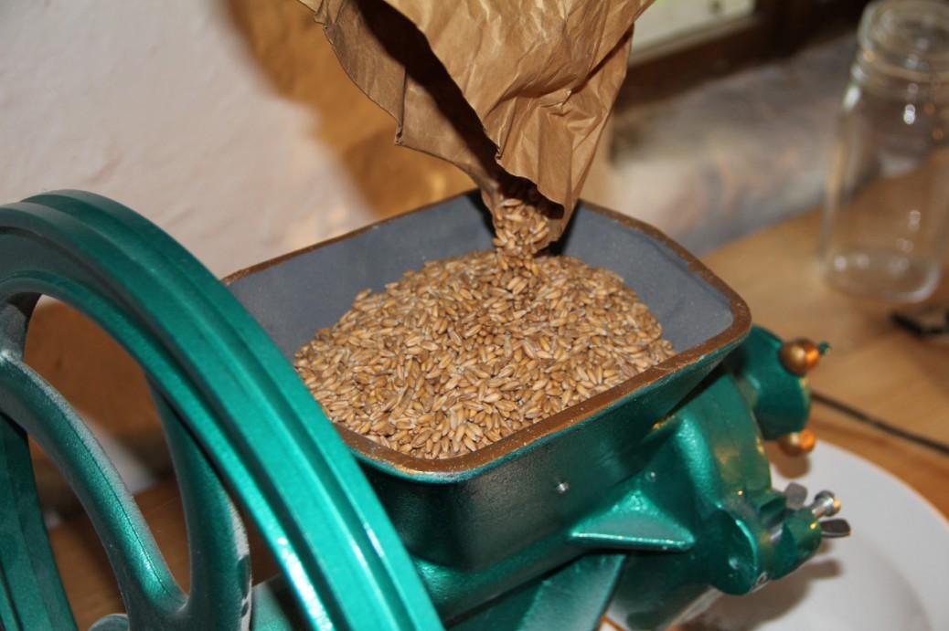 Foto der Getreidemühle Diamant D 525 beim Befüllen mit Getreide