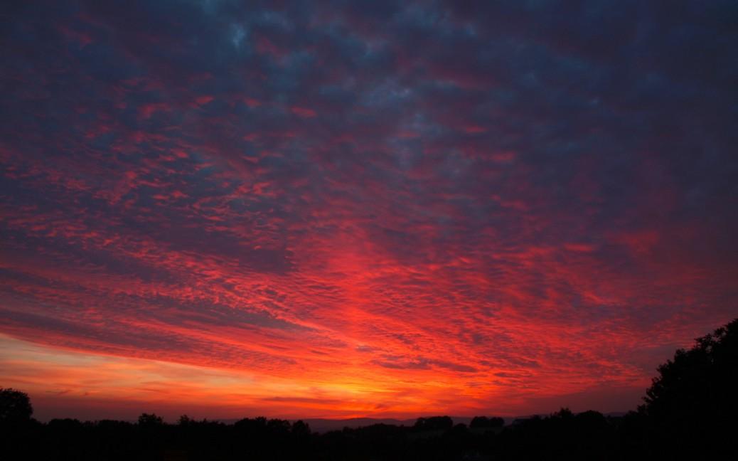 Foto von Regenwolken bei einem roten Sonnenuntergang