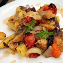 Foto von gebackenem Gemüse auf einem Teller