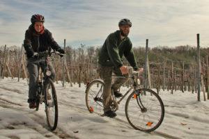 Foto von Lisa und Michael beim Radfahren im Schnee.