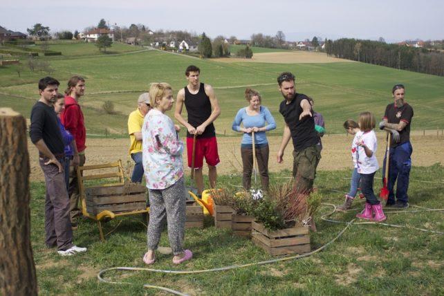 Foto einer Gruppe von Helfer*innen mit einem Gärtner auf einem CSA-Betrieb
