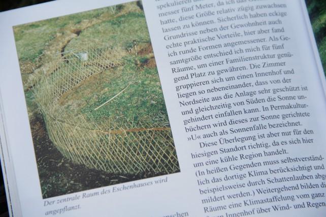 Foto aus einem Buch, auf dem die Pflanzung eines Hauses aus Eschen zu sehen ist.