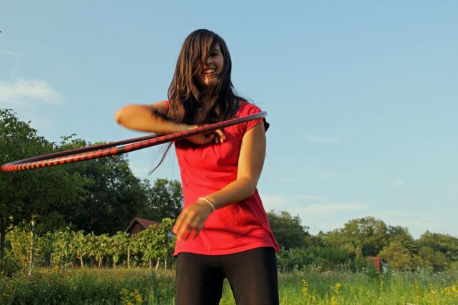 Foto von Lisa mit dem Hulahoop-Reifen vor dem Weingarten
