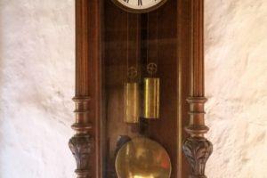 Foto einer Pendeluhr an der Wand
