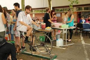 Viele Menschen beim tag der utopie um den Fahrradmixer herum :)