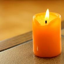 Foto von einer brennenden Kerze.