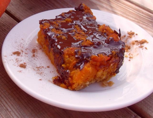 Schokokürbiskuchen auf weißem Teller mit Zimt bestreut
