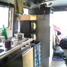 Foto vom Bus innen (Küche, Fahrabteil)