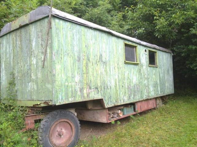 Foto von einem grünen, alten Bauwagen