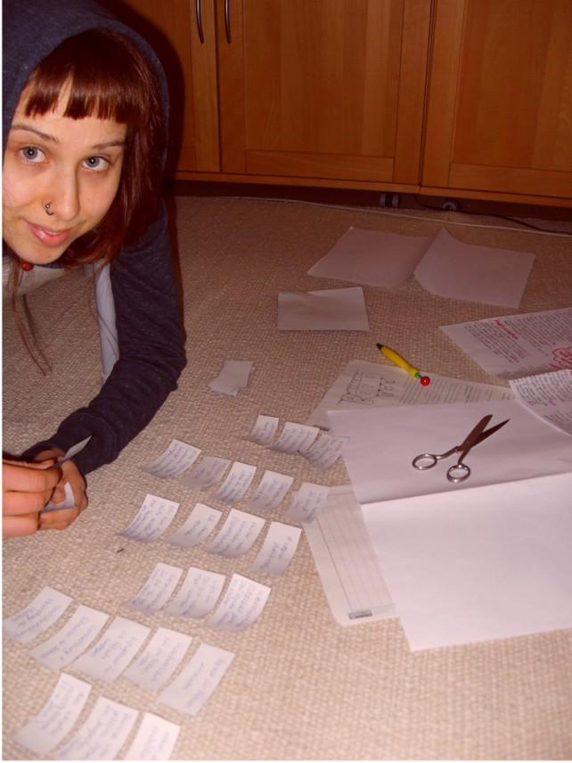 Pia beim Clustern mit vielen Kärtchen