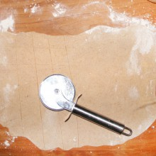 der Teig wird in kleine Vierecke geschnitten