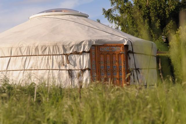 Foto von einer mongolischen Jurte im Grünen