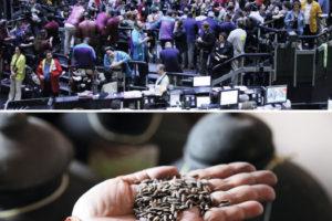 Fotocollage aus einem Foto eier Menschenmenge in der Rohstoffbörse in Chicago und einem zweiten Foto von einer Hand, die Reis-Saatgut hält.