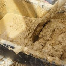 Foto vom Lehmputz mischen in einer Betonmischwanne