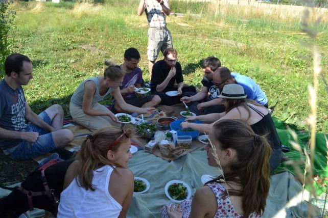 Foto einer Gruppe beim Picknick
