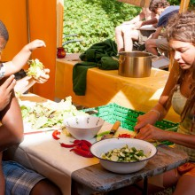 Foto von Teilnehmer*innen des utopivals beim gemeinsamen kochen.