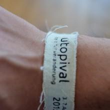 """Foto eines Armbandes mit der Aufschrift """"utopvial"""""""