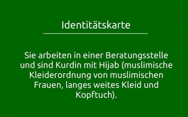 Identitätskarte: Sie arbeiten in einer Beratungsstelle und sind Kurdin mit Hijab (muslimische Kleiderordnung von muslimischen Frauen, langes weites Kleid und Kopftuch).