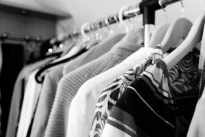 Foto von Kleidung auf einer Kleiderstange