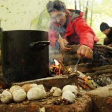 Topf mit Wasser steht am Lagerfeuer.