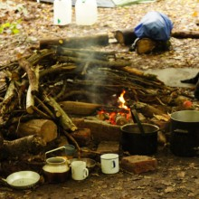 Brennendes Feuer, das gleichzeitig das feuchte Holz trocknet.