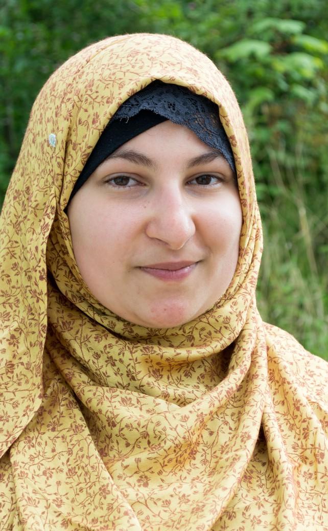 Portrait von Nesreen Hajjaj, die sich gegen Rassismus und Diskriminierung einsetzt