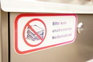 """Briefkasten mit Aufkleber: """"Bitte kein unadressiertes Werbematerial""""."""