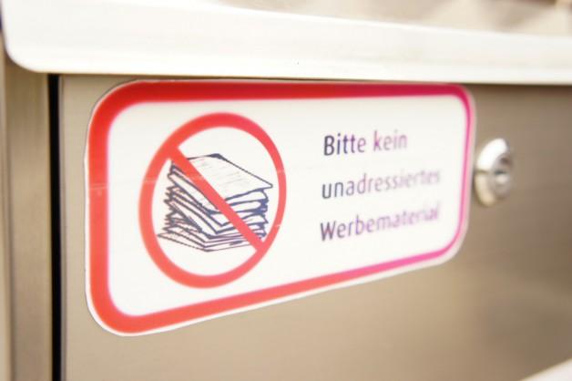 """Kein Werbemüll: Briefkasten mit Aufkleber: """"Bitte kein unadressiertes Werbematerial""""."""
