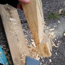 Ein Stück Holz wird geschnitzt