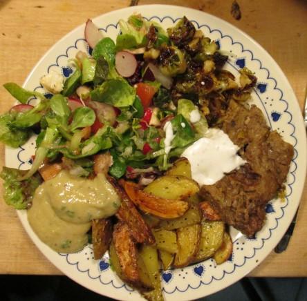 Weihnachten vegan - Teller mit Salat, Wedges, veganem Braten und Mayo