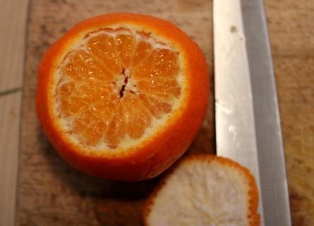 Eine Mandarine an den Enden aufgeschnitten