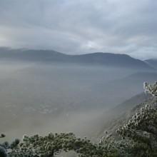 Foto einer Winter-Berglandschaft, die vom Nebel fast völlig eingehüllt ist.