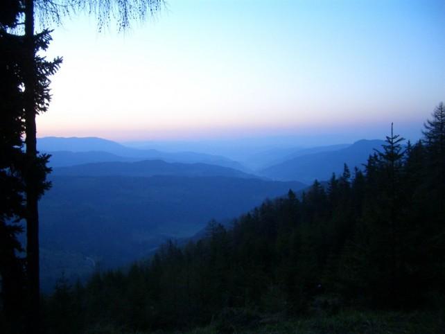 Foto zum Artikel über die Tierhaltungsindustrie von vernebelten Bergen im Morgenlicht