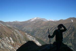 Foto eines Mädchens mit Wanderstock in den Bergen