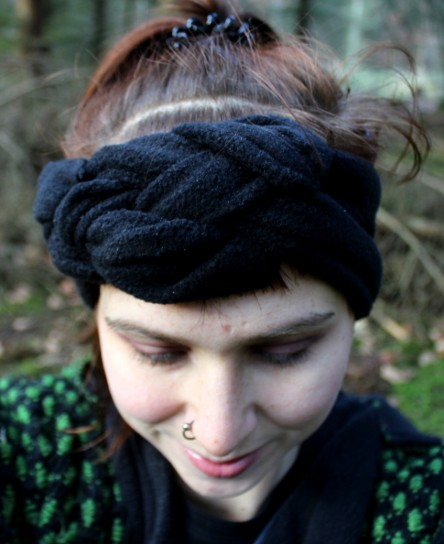 Ich mit einem schwarzen DIY Strinband aus Fleece