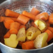 Karotten und Kartoffeln im Topf