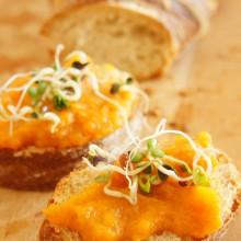 fertiger Karottenaufstrich auf Brot mit Sprossen