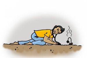 Eine weibliche Person mit kurzen Haaren hält ein Stetoskop auf den Boden, daneben ist eine vertrocknete Pflanze