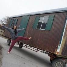 Lisa macht Luftsprünge vorm Bauwagen