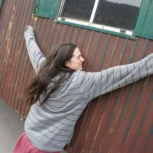 Lisa umarmt den Bauwagen.