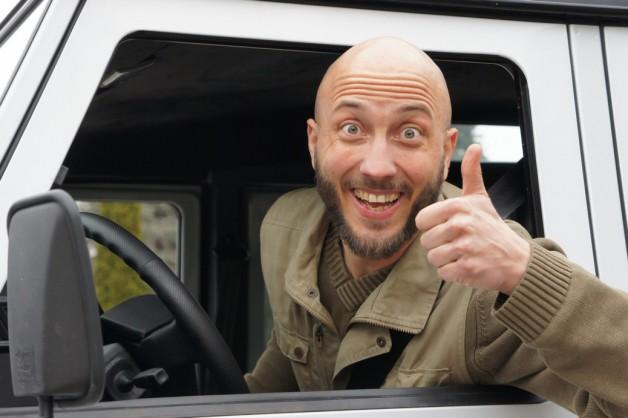 Foto von Michael, der beim Autofenster raus schaut.