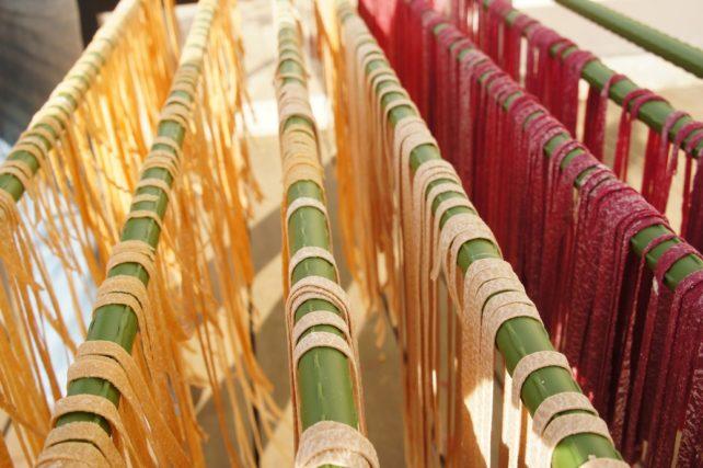 Nudeln selbermachen: selbst gemachte Nudeln auf Stangen zum Trocknen aufgehängt