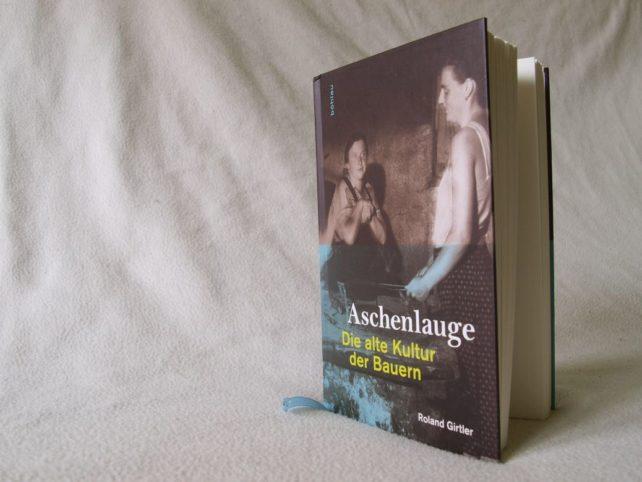 Foto vom Cover des vorgestellten Buches Aschenlauge - Die alte Kultur der Bauern vor weißem Hintergrund