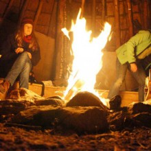 Lagerfeuer mit Feuerbohrer entfacht